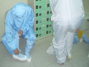 工作人員著裝:穿著無塵衣、鞋