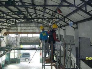 使用活動鷹架清除天花板的蜘蛛網