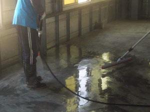 使用高壓清洗機清洗地面