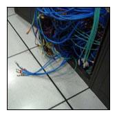 在高架地板清潔上臘前,先將清潔範圍內垂到地板上的機器接線作整理