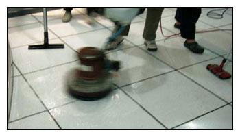 使用機器打磨清潔高架地板上的髒污