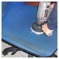 辦公椅清潔中-椅面髒污刷洗