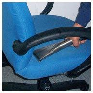 辦公椅清潔中-吸水機吸除水