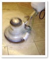 使用打磨機研磨大理石地板