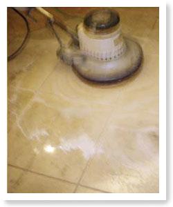 用清水清洗大理石地板,待乾後使用拋光用菜瓜布進行地板表層的拋光處理