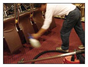 地毯乾洗作業流程-使用清潔藥劑分解地毯較嚴重的髒污