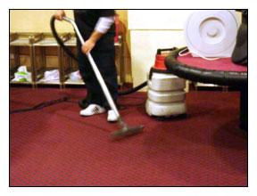 地毯乾洗作業流程-讓乾粉粉有效吸附地毯絨毛及纖維上的髒污後,用吸塵器吸去附著污物的乾洗粉