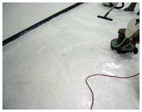 塑膠地板進行舊臘剝離作業