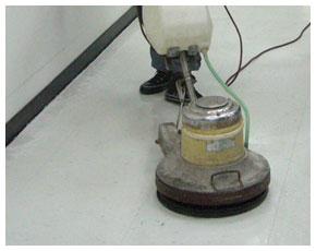使用機器清潔刷洗地板