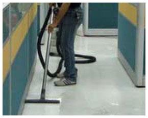 使用吸水器吸淨塑膠地板上的臘泥與污水