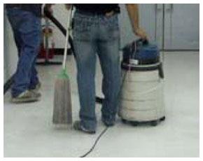 將塑膠地板上的臘泥與污水吸除乾淨後,使用拖把拖拭地板