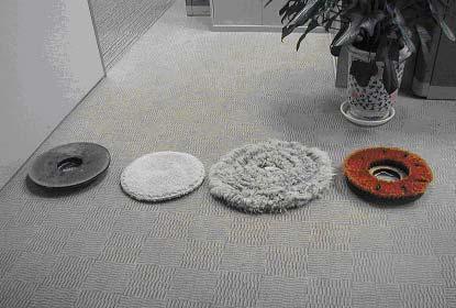 清潔地毯用設備:地毯整理刷.地毯清潔刷.絨布墊等,配合地毯專用清潔劑使用